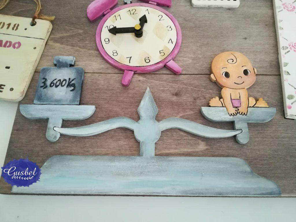 Detalle de portafotos para Valeria, balanza con peso y reloj con hora de nacimiento