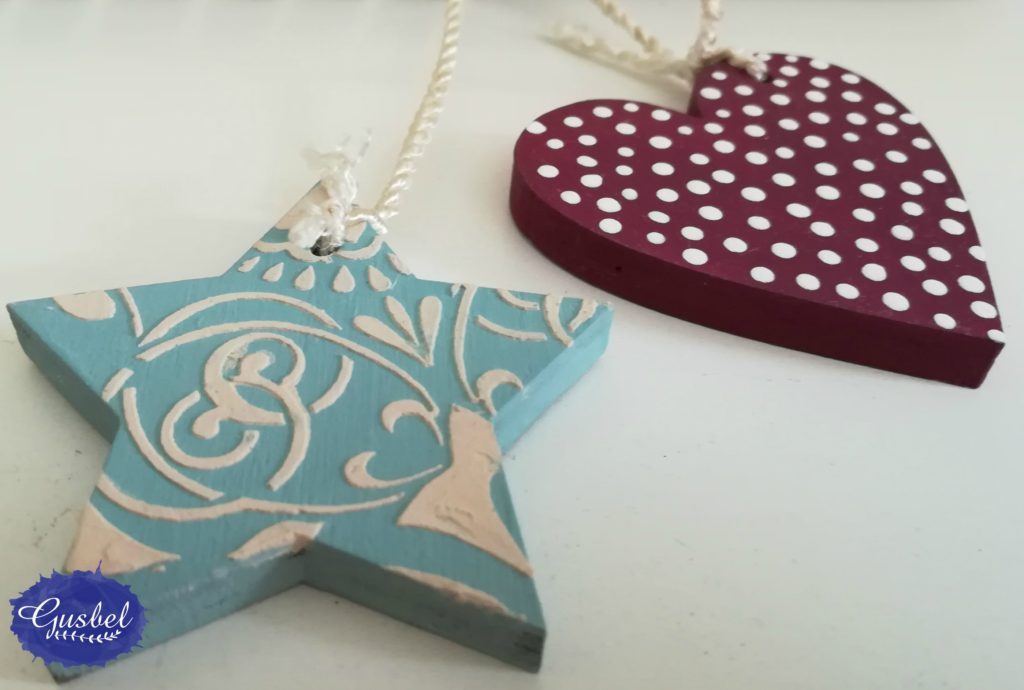 Detalle de portafotos para Valeria, corazón y estrella decorados con pasta de relieve y estencil en estrella