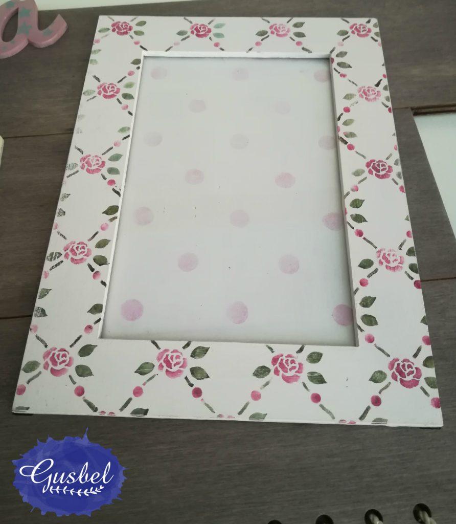 Detalle de portafotos para Valeria con flores estarcidas en marco y fondo con lunares